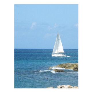 Segelboot im Ozean Postkarte