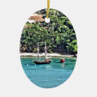 Segelboot in der Bucht Ovales Keramik Ornament