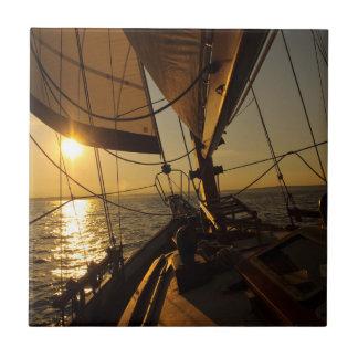 Segelboot-Plattform, gehend in untergehende Sonne Fliese
