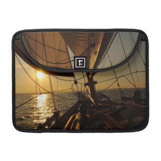 Segelboot-Plattform, gehend in untergehende Sonne Sleeves Für MacBooks