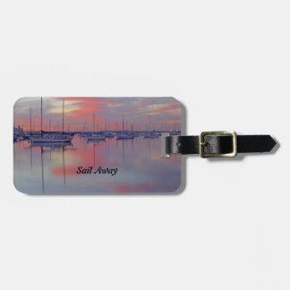 Segelboote am Sonnenuntergang-Gepäckanhänger mit Gepäckanhänger