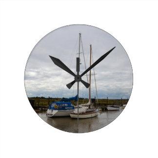Segelboote auf dem Fluss Blythe Runde Wanduhr