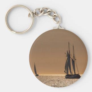 Segelboote auf Ufer der Ostsee Schlüsselanhänger