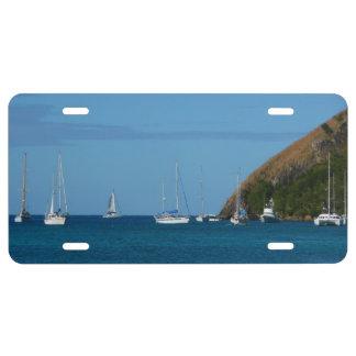 Segelboote im Bucht-weißen und blauen See US Nummernschild