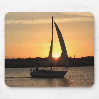 Segeln in Cardiff-Bucht am Sonnenuntergang Mauspads