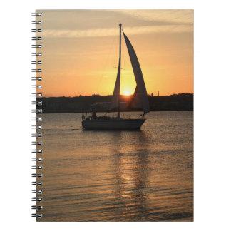 Segeln in Cardiff-Bucht am Sonnenuntergang Notizblock