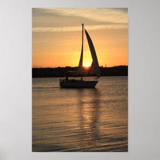 Segeln in Cardiff-Bucht am Sonnenuntergang Poster