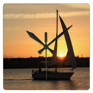 Segeln in Cardiff-Bucht am Sonnenuntergang Quadratische Wanduhr