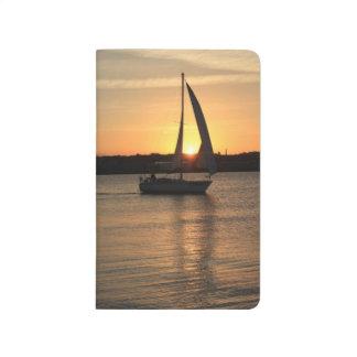 Segeln in Cardiff-Bucht am Sonnenuntergang Taschennotizbuch