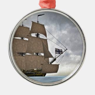Segeln Korvette an einem herrlichen Tag Silbernes Ornament