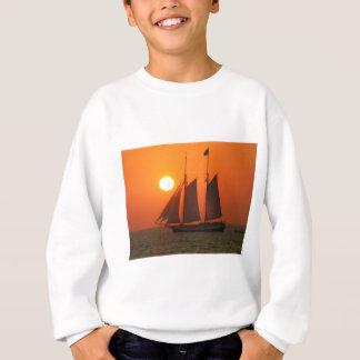 Segeln Sie in den Sonnenuntergang Sweatshirt