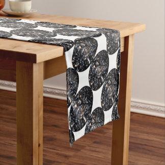 Sehen Sie den Hund im Raum Kurzer Tischläufer