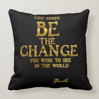 Seien Sie die Änderung - Gandhi inspirierend Kissen
