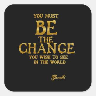 Seien Sie die Änderung - Gandhi inspirierend Quadratischer Aufkleber