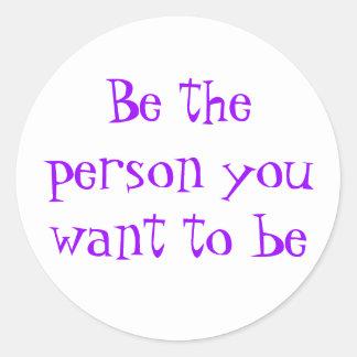 Seien Sie die Person, die Sie zum Seinaufkleber Runder Aufkleber