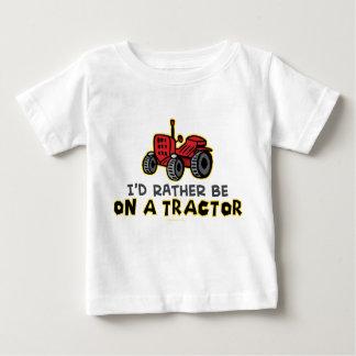 Seien Sie eher auf einem Traktor Baby T-shirt