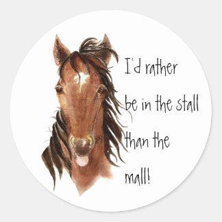 Seien Sie eher im Stall als Mall-PferdeSpaß Runder Aufkleber