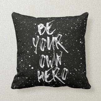 Seien Sie Ihr eigenes Held-(schwarzes) Zitat Kissen
