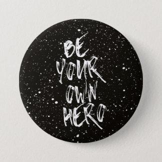 Seien Sie Ihr eigenes Held-(schwarzes) Zitat Runder Button 7,6 Cm