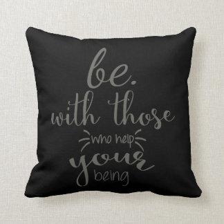 Seien Sie mit denen, die Ihrem Sein helfen - Kissen