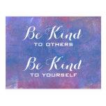 Seien Sie nettes Zitat auf abstraktem blauem Postkarte