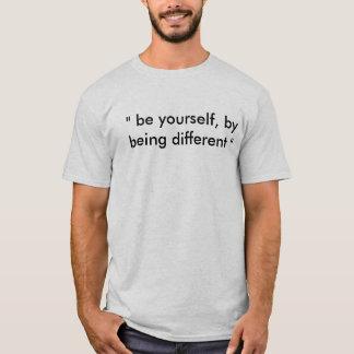 """""""seien Sie sich, indem Sie unterschiedliches"""" T-Shirt"""