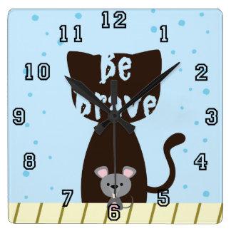Seien Sie tapfere Katze und niedliche Maus Quadratische Wanduhr