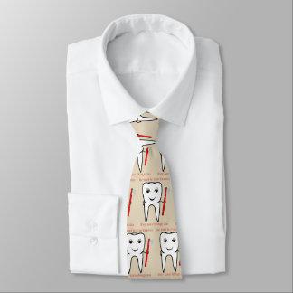 Seien Sie zu Ihrem lustigen Zahnarzt nett Personalisierte Krawatte