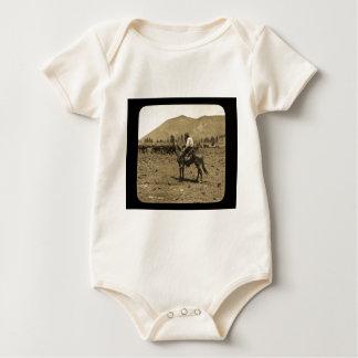 Sein Pferd und sein Vieh ist seine nur Begleiter Baby Strampler