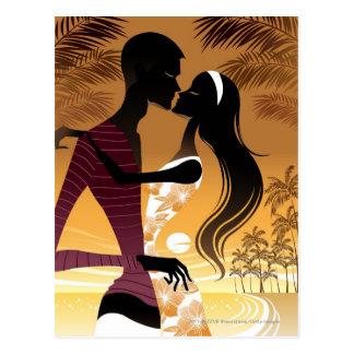 Seitenansicht der jungen Paare stehend im Strand Postkarte