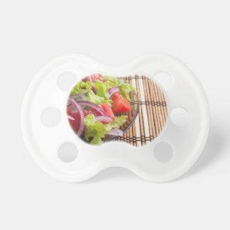 Seitenansicht der transparenten Platte mit dem Schnuller