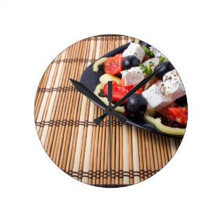 Seitenansicht des frischen vegetarischen Salats Runde Wanduhr