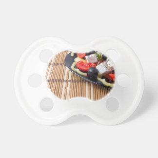 Seitenansicht des frischen vegetarischen Salats Schnuller