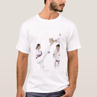 Seitenprofil eines Übens des jungen Mannes T-Shirt