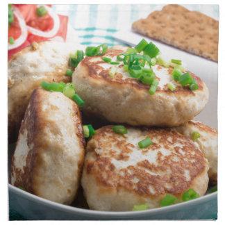 Selbst gemachte Huhnburger und Tomatesalat Serviette