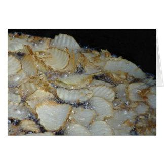 Selbst gemachte Kartoffelchips, die im Öl braten Karte