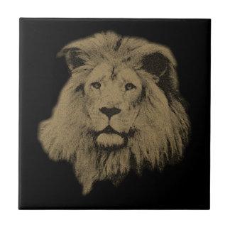Sepia-Löwe auf Schwarzem Fliese