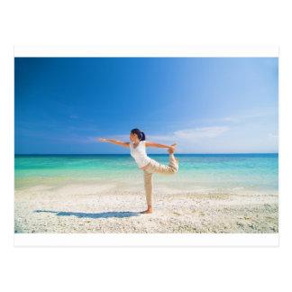setzen Sie das Yoga auf den Strand, das von einer Postkarte