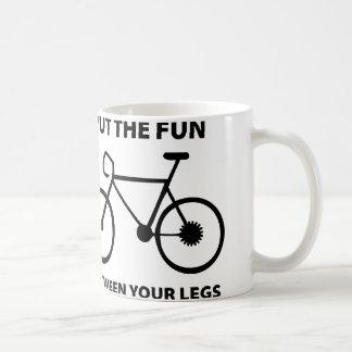 Setzen Sie den Spaß zwischen Ihre Beine Tasse