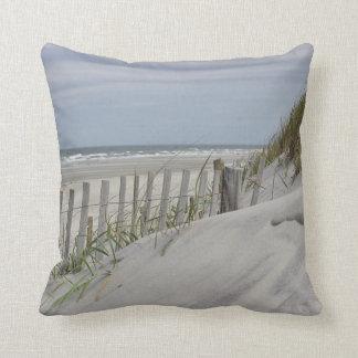 Setzen Sie Zaun und Sanddüne am Strand auf den Kissen