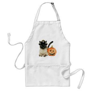 Siamesische Katze Halloweens mit Jack O Laterne Schürze