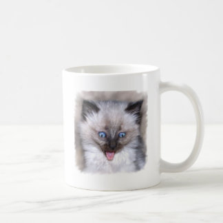 Siamesisches Kätzchen mit der Zunge heraus Kaffeetasse