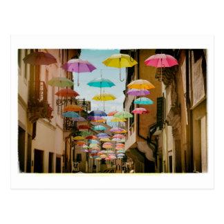 Sich hin- und herbewegende Regenschirme Postkarte