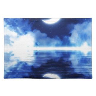 Sichelförmiger Mond über sternenklarem Himmel Tischset