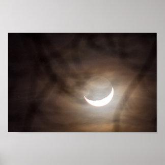 Sichelförmiger Mond und Baumaste Poster
