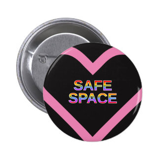 """""""SICHERER RAUM"""" in einer rosa Herzform-Kontur Runder Button 5,7 Cm"""