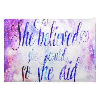 Sie glaubte an Regenbogen-Universum Tischset
