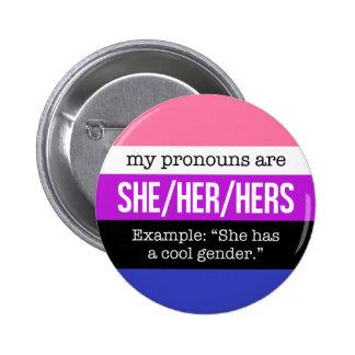 Sie/ihre Pronomina - Genderfluid Flagge Runder Button 5,7 Cm