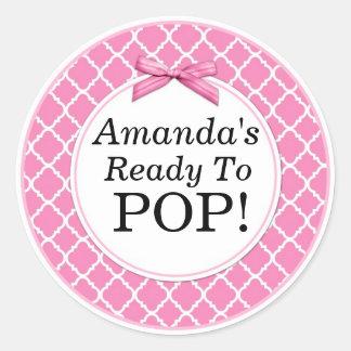 Sie ist zum Pop, rosa QuatraFoil Baby-Dusche Runder Aufkleber
