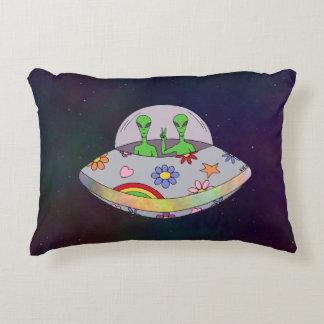 Sie kommen in Friedens-UFO Dekokissen